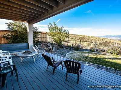 LARGE DECK WITH SPECTACULAR VIEW OF THE CITY AND THE SIERRAS